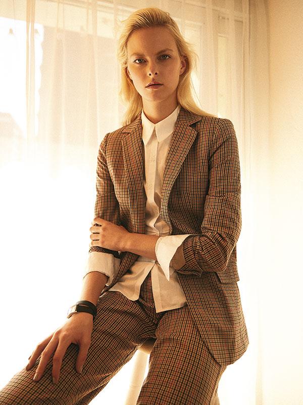 Mango en Falabella, chaqueta, $59.990, pantalón, $49.990; Tricot, blusa, $22.990; Tiffany & Co., reloj, consultar precio en tienda