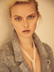 Topshop, abrigo, $49.990; Tiffany & Co., collar (tipo corbatín), consultar precio en tienda
