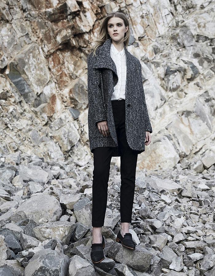 Sfera en Ripley, blusa, $19.990; Isabel Marant en Montemarano, chaquetón, consultar precio en tienda; Alaniz en Paris, pantalón, $29.990; Mingo, zapatos, $64.990