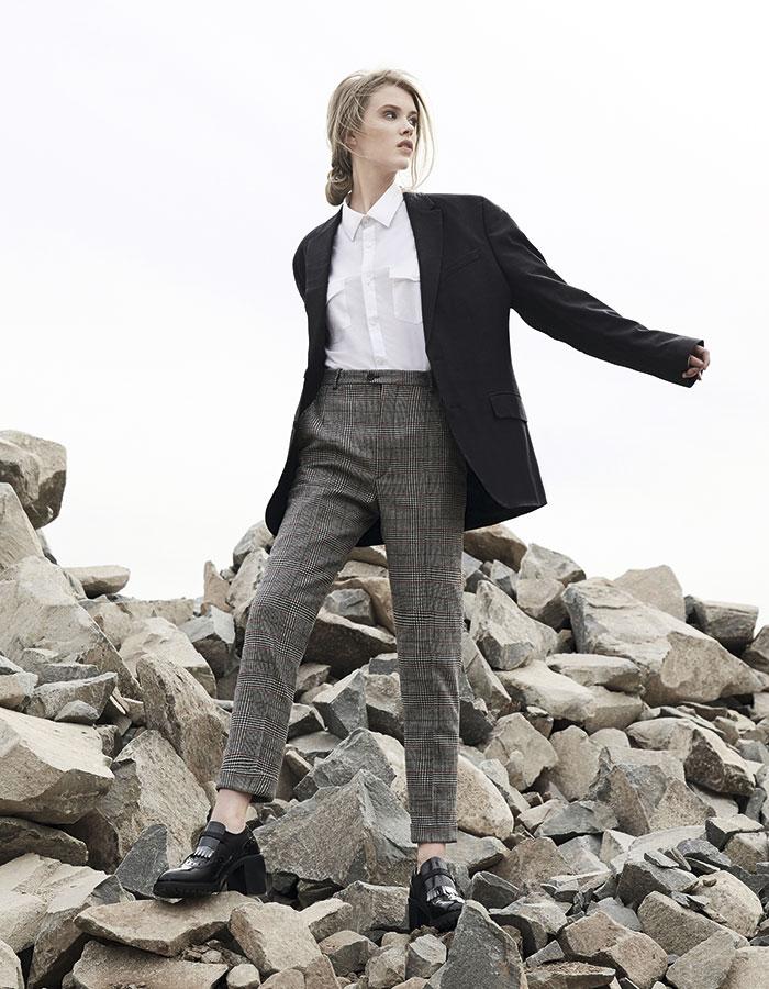 Calvin Klein, camisa, $39.990, blazer, $119.990; Isabel Marant en Montemarano, pantalón, consultar precio en tienda; Azaleia, zapatos, $32.990