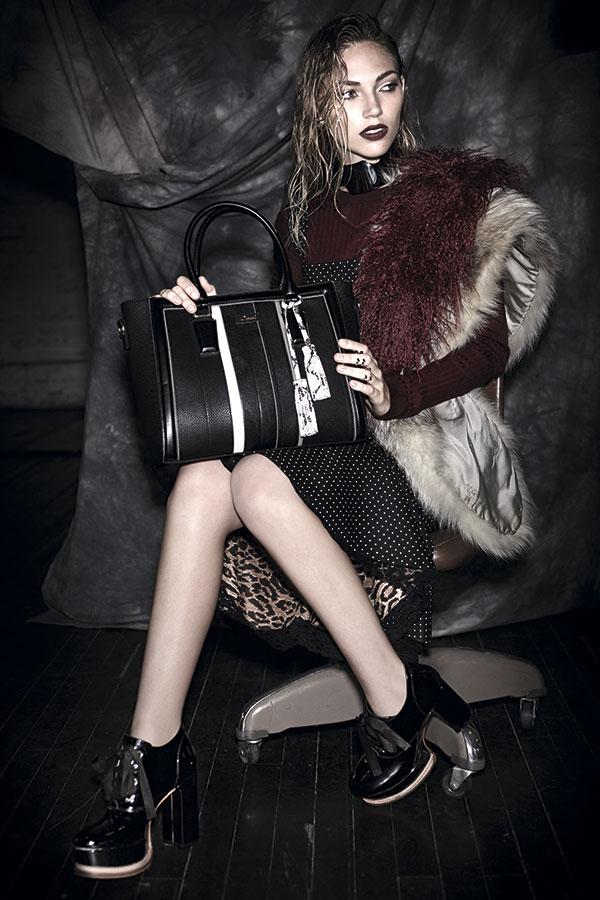 Dolce & Gabbana, vestido, consultar precio en tienda; Prüne, zapatos, $169.990, cuello gamuza, $229.990; CH Carolina Herrera, anillos, consultar precio en tienda; Tricot, top, $7.990; Pola Thomson en Proyecto Metanoia, collar, $131.600; Gacel, cartera, $39.950
