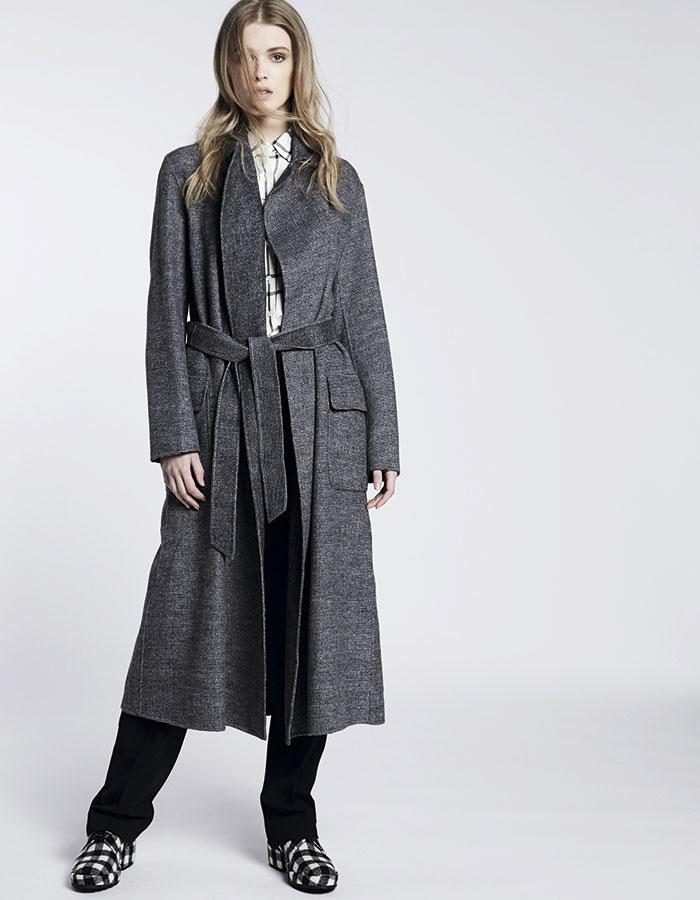 Alaniz en Paris, blusa, $16.990; Max Mara, abrigo y pantalón, consultar precio en tienda; Castañer, zapatos, $169.900