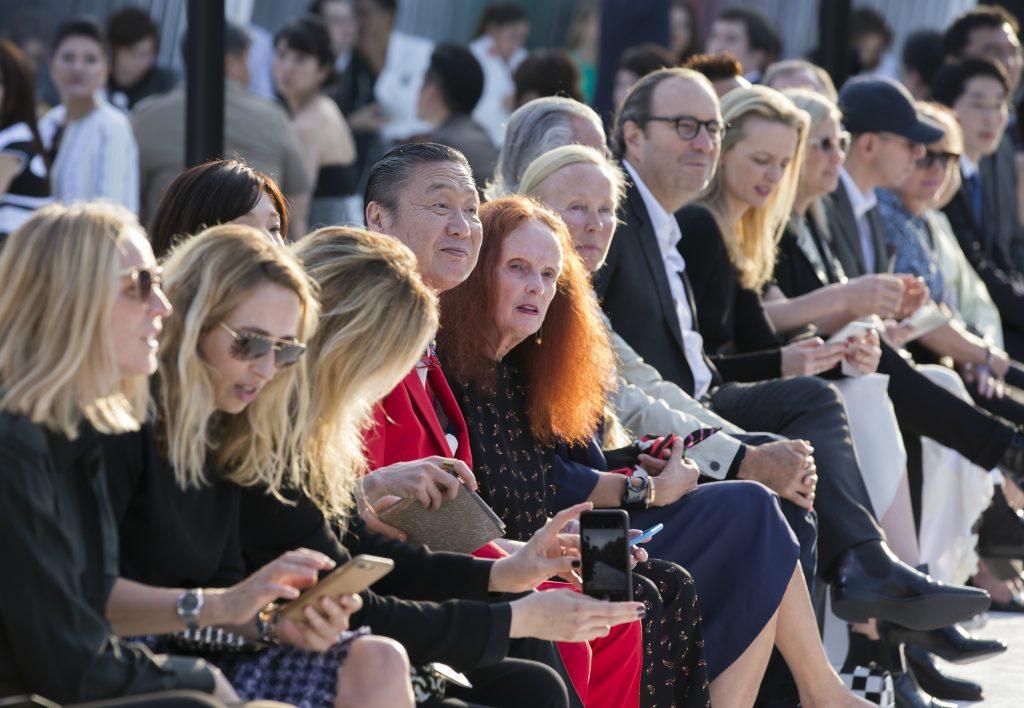Kansaï Yamamoto (de rojo) y Grace Coddington, en primera fila