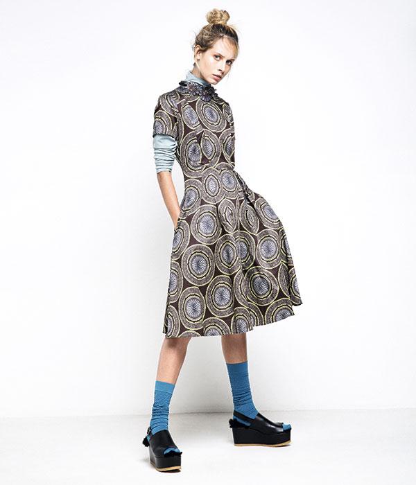 Brooks Brothers, vestido, $190.000; Caffarena, beatle, $8.990; calcetines, $2.290; Castañer, zapatos, $189.900; Sfera en Ripley, collar, $8.990