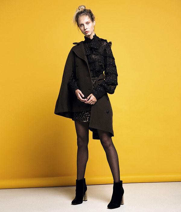 Isabel Marant en Montemarano, blusa, consultar precio en tienda; Tommy Hilfiger, capa, $239.900; Miss Selfridge, falda, $34.990; Hush Puppies, botines, $79.990; Caffarena, pantis, $3.490