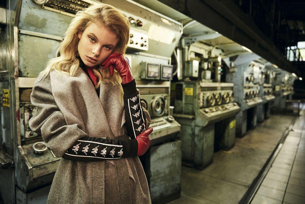 Adolfo Domínguez, abrigo, $349.900; Tommy Hilfiger, suéter, $34.990; Kappa en Streetmachine, polerón, $34.990; H&M, guantes, $12.990