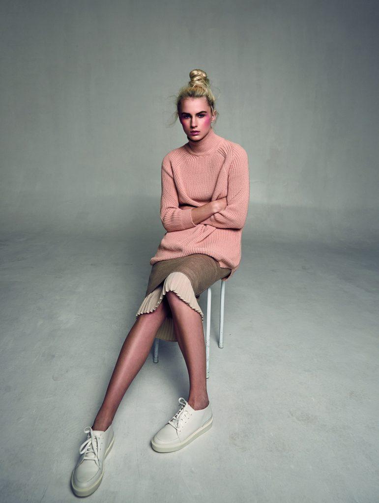 Topshop, suéter, $49.990; Max Mara, falda, consultar precio en tienda; Adolfo Domínguez, zapatillas, $139.900