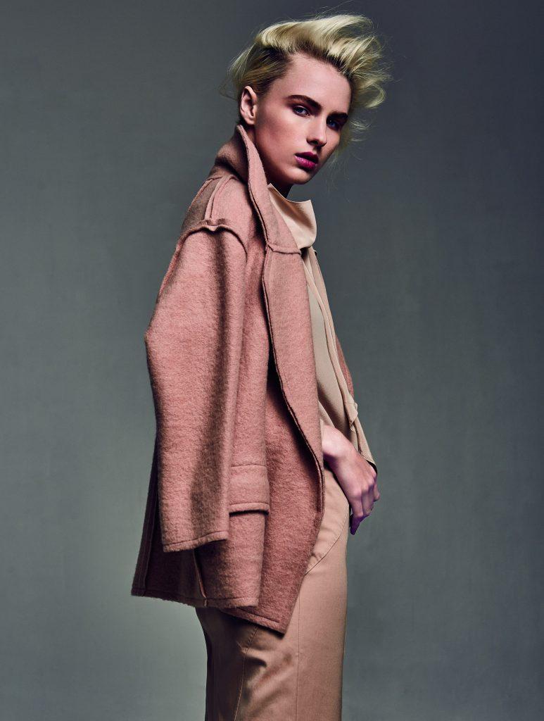 Bimba y Lola, abrigo, $213.200; Max Mara, blusa, consultar precio en tienda; Banana Republic, falda, $67.000