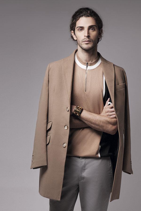 Topman en Paris, polera, $39.990; Dockers, pantalón, $29.990; Arrow, abrigo, $189.990; Hermès, brazalete, consultar precio en tienda