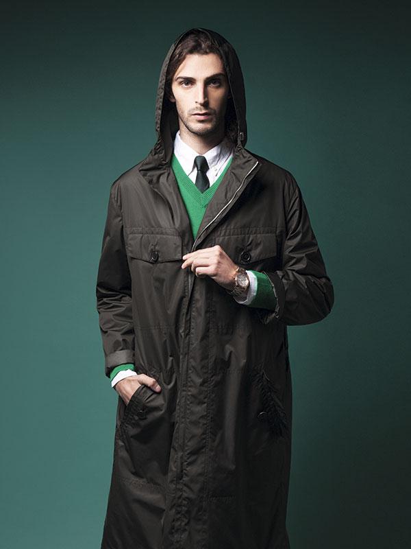 Dockers, camisa, $36.990; Brooks Brothers, suéter, $348.000; Arrow, corbata, $17.990; Hermès, cortaviento, consultar precio en tienda; Rockford, reloj, $99.990
