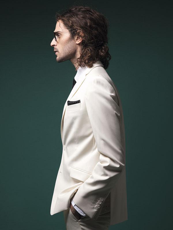 García Madrid, traje, $425.000; Dockers, camisa, $36.990; Van Heusen, corbata, $29.990; pañuelo, $16.990; Ray-Ban en GMO, anteojos, $129.900