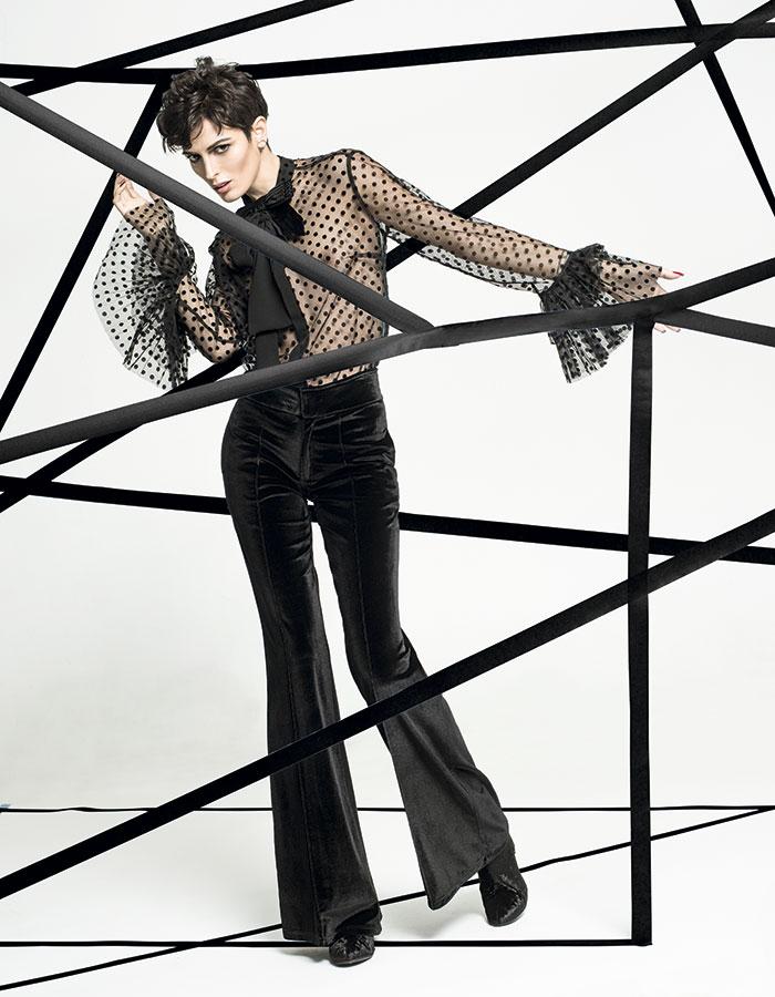 Lía Fernández, blusa, consultar precio en tienda; Tricot, pantalón, $4.990; Mingo, zapatos, $89.990