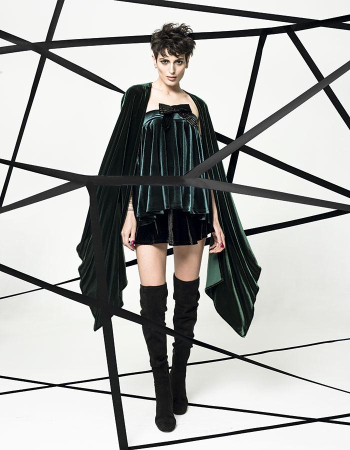 iO en Falabella, falda verde (como top), $24.990; Tricot, falda negra, $4.990; María Paz Valdivieso, capa verde, consultar precio en tienda; Aldo, botas, $129.000