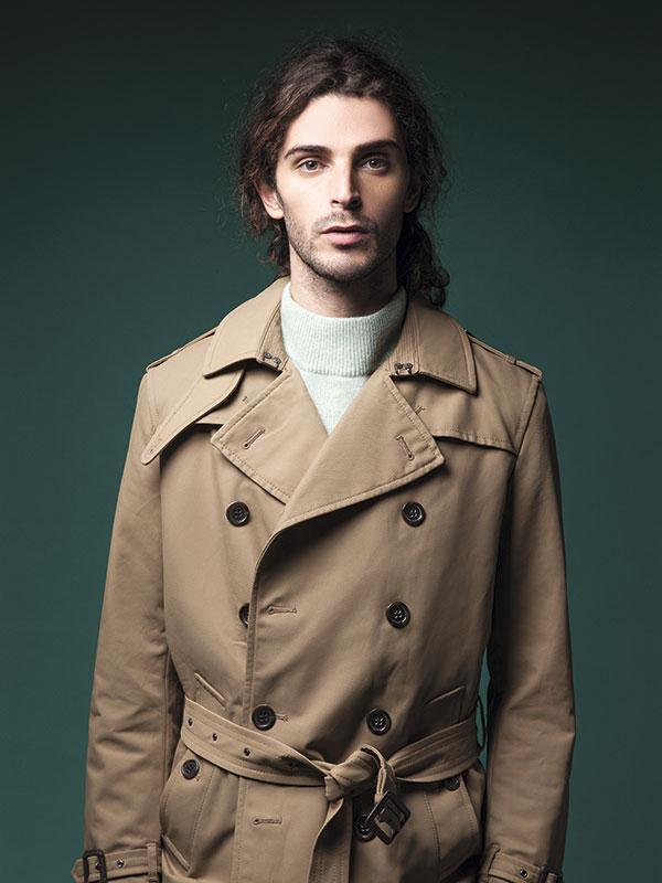 Rockford, suéter, $39.990; Paco Rabanne en Falabella, trench, $79.990