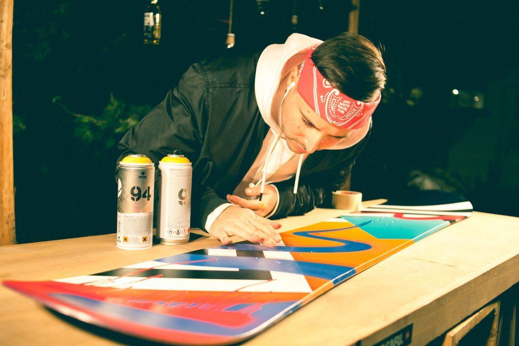 Wasafu pintó una tabla de snowboard que fue regalada a los asistentes.