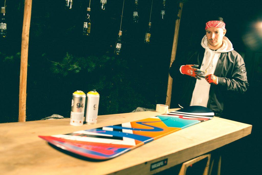 Wasafu-pintó-una-tabla-de-snowboard,-la-que-luego-fue-regalada-a-los-asistentes-(2)