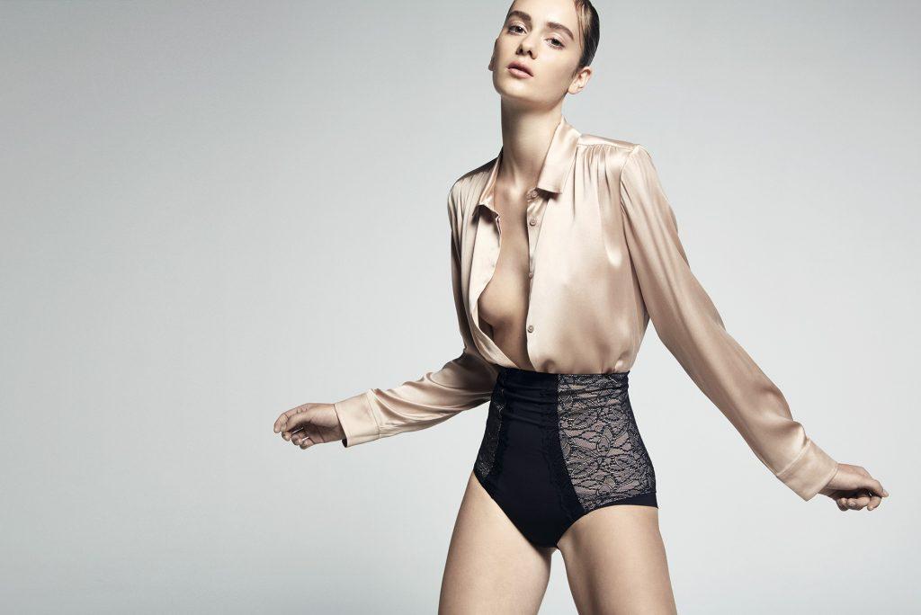 Max Mara, blusa, consultar precio en tienda; Etam, culotte, $22.990
