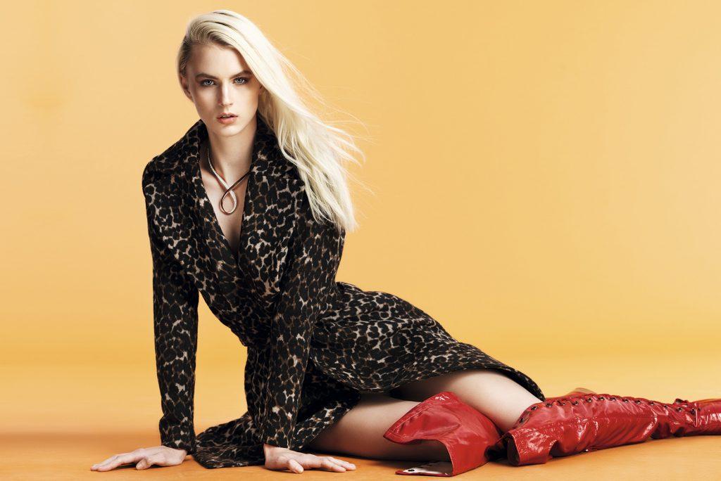 H&M, abrigo, $64.990; Swarovski, collar, consultar precio en tienda; Colección personal, botas