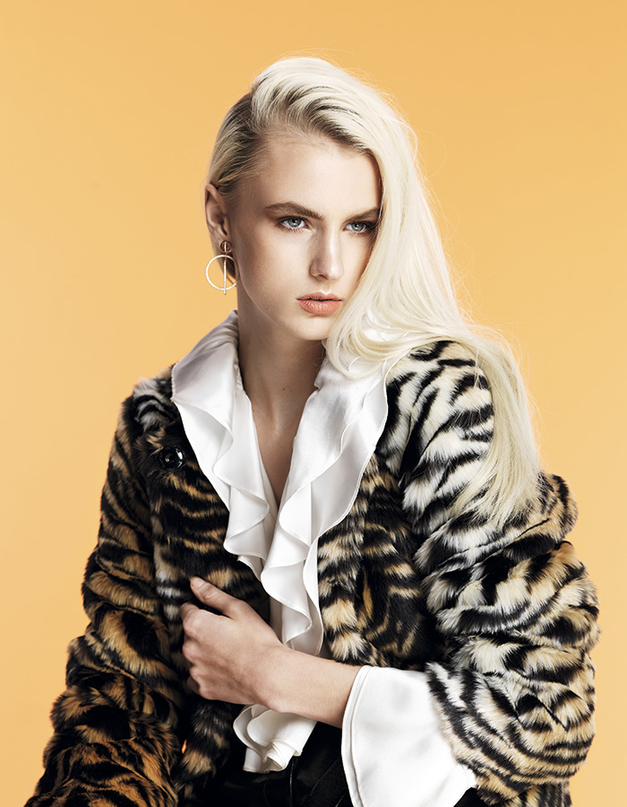 Adolfo Domínguez, blusa, $139.990; Topshop en Paris, abrigo, $99.990; Swarovski, aros, consultar precio en tienda