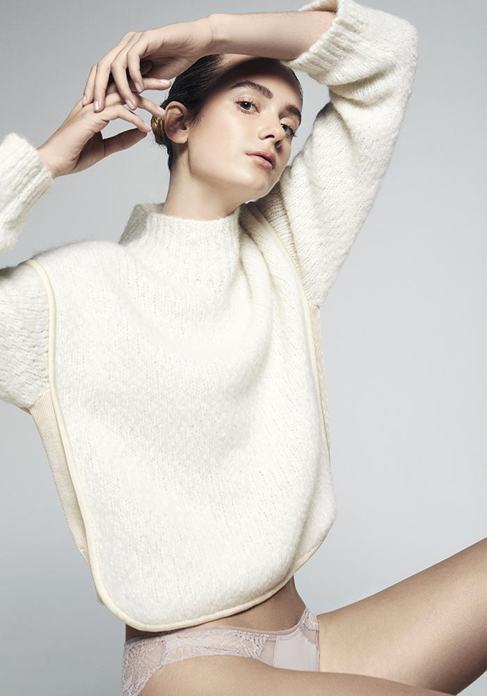 Max Mara suéter, consultar precio en tienda; Calvin Klein, calzón, $14.990