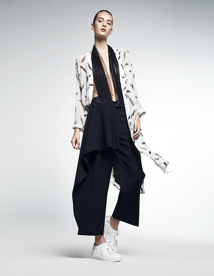 River Island en Ripley, kimono, $39.990; Etam Runway, body, consultar en tienda; Max Mara, pantalón, consultar precio en tienda; Nine West, zapatillas, $54.900