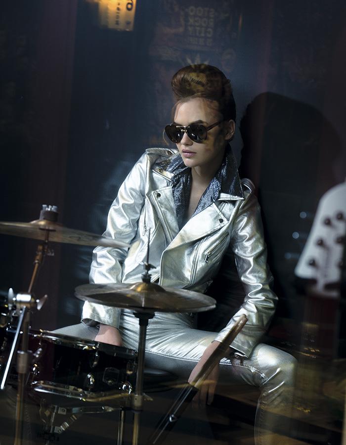 Sfera en Ripley, chaqueta, $37.990; H&M, pantalón, $19.990; Lía Fernández, blusa, consultar precio en tienda; Influencers Sunglasses, anteojos, $114.900