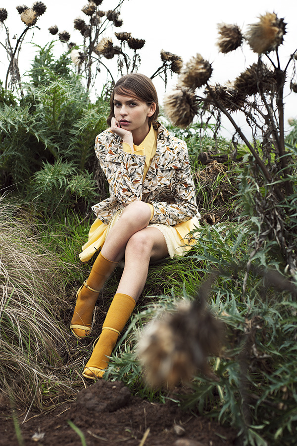 Sebastián de Real en Porquetevistes, blazer, $98.900; H&M, falda, $34.990; Reciclage I Love, blusa, $10.900; Monarch, calcetines, $3.990 ; Banana Republic, sandalias, $102.000