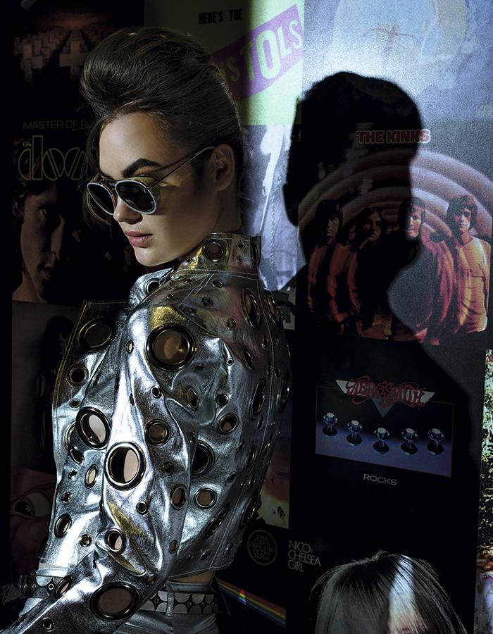 Ruu_sh, chaqueta, $70.000 H&M, pantalón, $19.990 Jevi Metal, cinturón, $12.000 Influencers Sunglasses, anteojos, $114.900