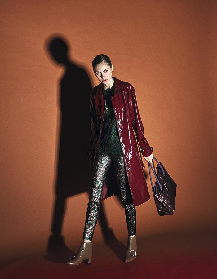 TRENCH. Prüne, trench, $79.990 Dolce & Gabbana, pantalón y polera, consultar precio en tienda; Nine West, botines, $50.336 Kipling, cartera, $94.200