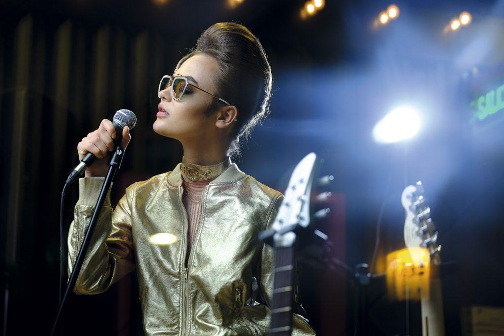 Index en Ripley, chaqueta, $24.990; Carmen Steffens, collar, $37.200; Influencers Sunglasses, anteojos, $114.900
