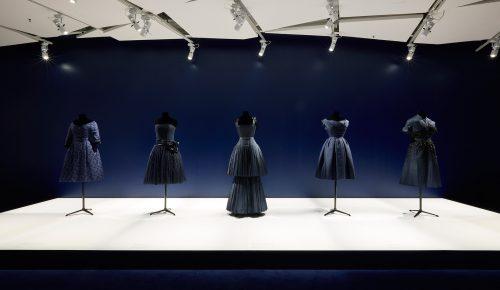 Inauguran exposición de vestidos de Christian Dior