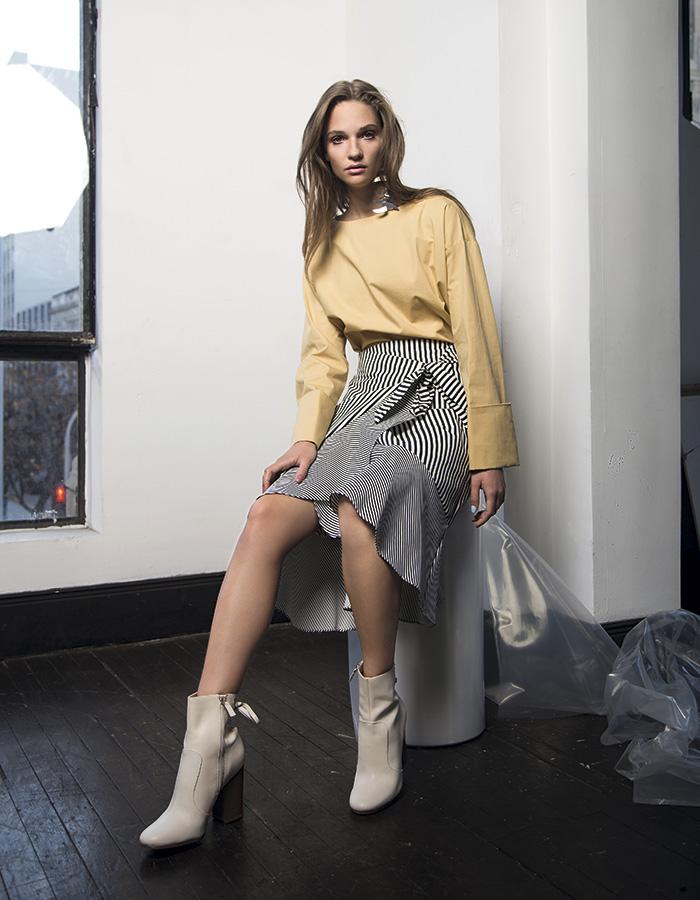 Mango, blusa, $34.990; aros, $12.990; Alaniz en Paris, falda, $29.990; Nine West, botines, $119.900