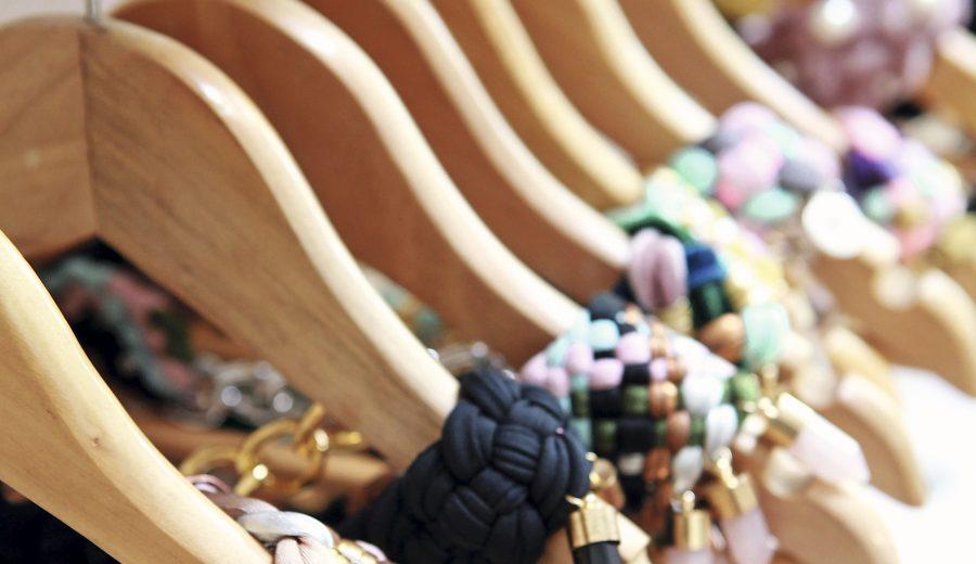 ea7580d541cc ... una marca de collares hechos a mano por internas del Centro  Penitenciario Femenino de Santiago