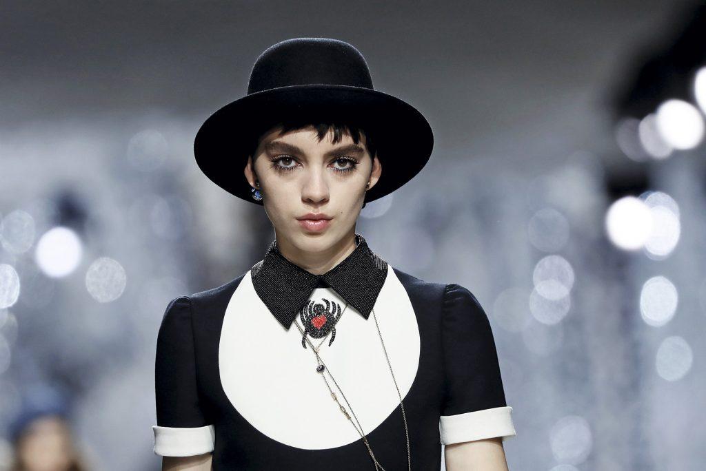 La colección Primavera 2018 de Christian Dior mostró vestidos cortos complementados con cuellos de camisa y un maquillaje donde destacan las pestañas.