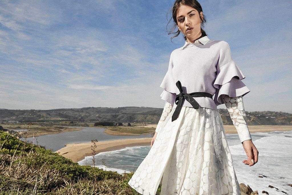 CH Carolina Herrera, vestido, consultar precio en tienda; River Island en Ripley, suéter, $79.900