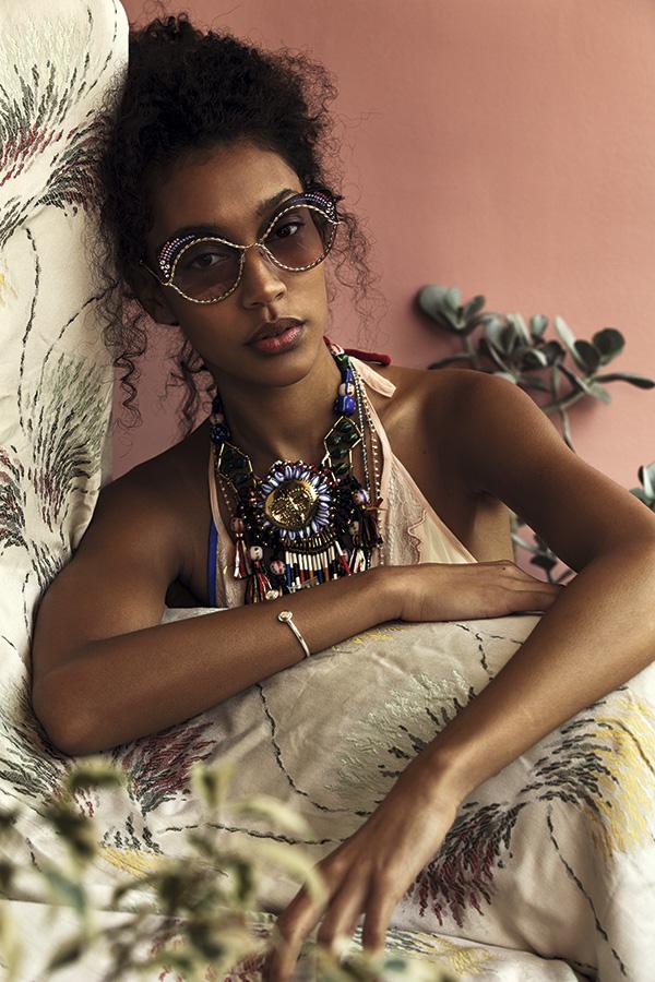 Rapsodia, vestido, $239.990 Bimba y Lola, collar (con piedras XL), $149.700 Lounge, collar , $14.990; collar (cadena), $7.990 Marc Jacobs en Rotter & Krauss, anteojos, $249.000 Pandora, pulsera, $160.120