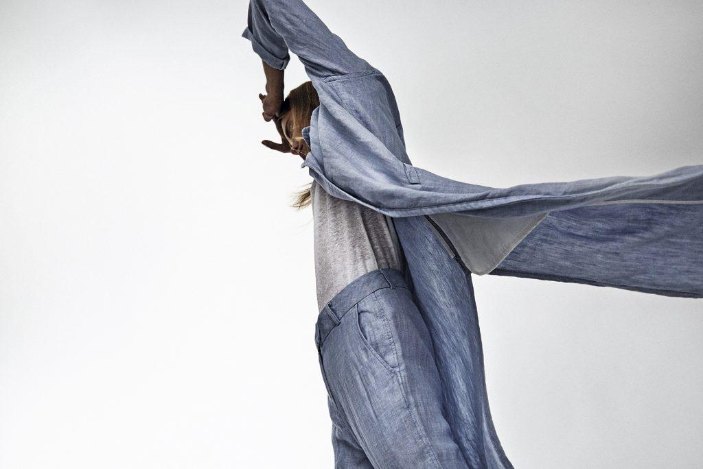 Mango en Falabella, abrigo, $69.990; pantalón, $44.990; Banana Republic, polera, $38.000