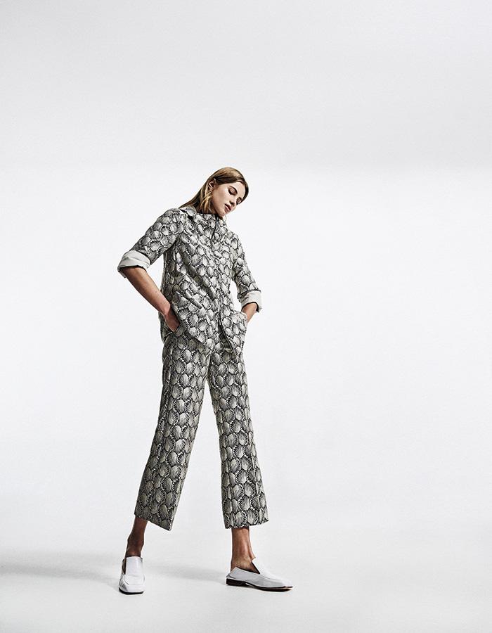 Max Mara, chaqueta y pantalón, consultar precio en tienda; Cher, zapatos, $157.000