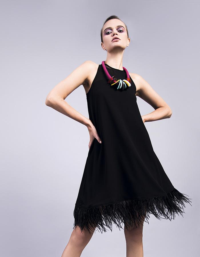 Macarena Rivera, vestido, $230.000; Sebastián Marino en Porquetevistes, collar, $34.000
