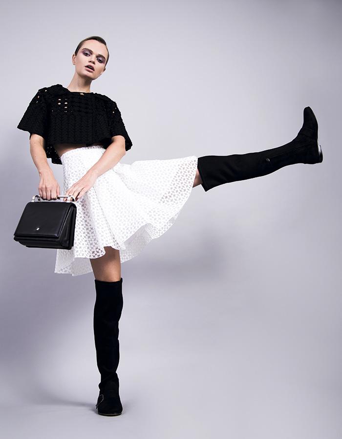 Lía Fernández, chaqueta y falda, consultar precio en tienda; CH Carolina Herrera, cartera, consultar precio en tienda; Nine West, botas, $49.900