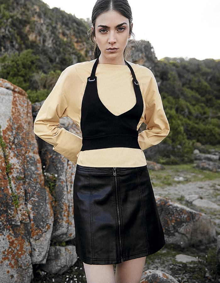 Tricot, blusa, $25.990; Guess, falda, $49.990; Cher, crop top, $64.990