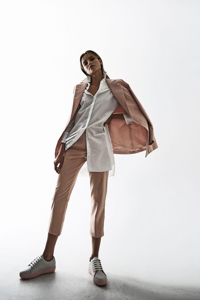 Alaniz en Paris, chaqueta, $29.990; pantalón, $24.990; Mango, blusa, $29.990; Cher, zapatillas, $146.000