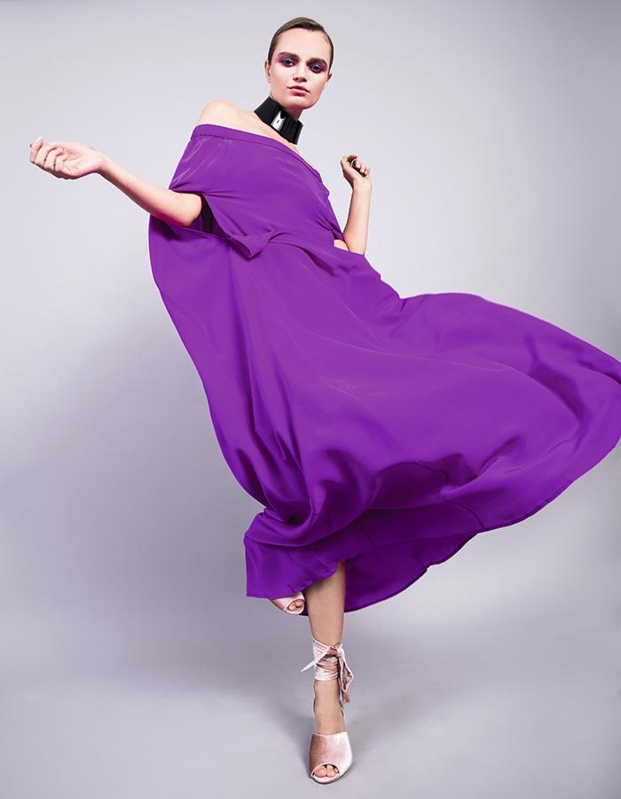 Cher, vestido, $331.000 Hush Puppies, zapatos, $36.990 Pola Thomson en Proyecto Metanoia, collar, $155.000