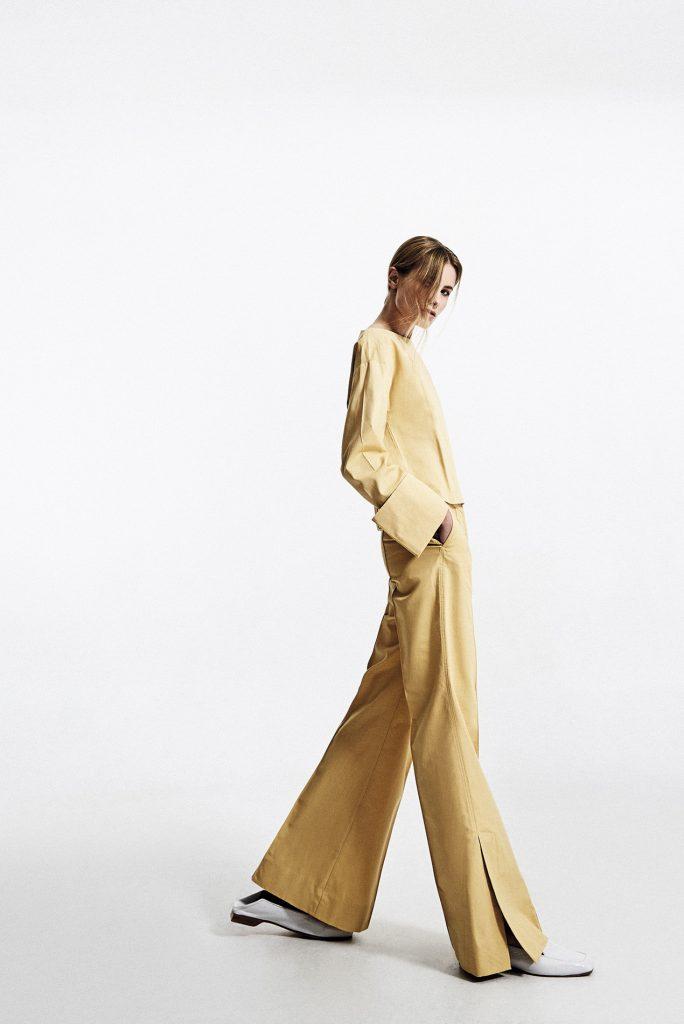 Mango, blusa, $34.990; pantalón, $49.990; Cher, zapatos, $157.000
