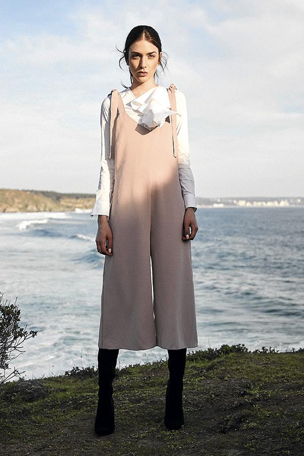 CH Carolina Herrera, blusa, consultar precio en tienda; Marquis en Ripley, enterito, $39.990; Nine West, botas, $64.990