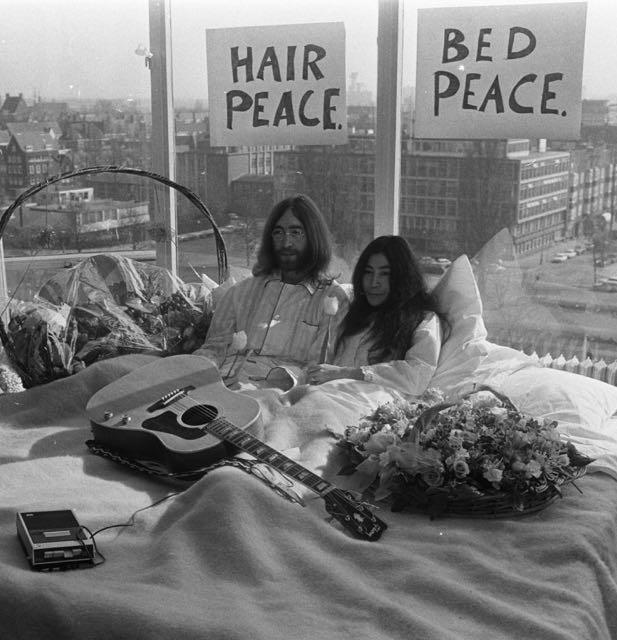 Bed-In_for_Peace%2c_1969_-_John_Lennon_&_Yoko_Ono_17