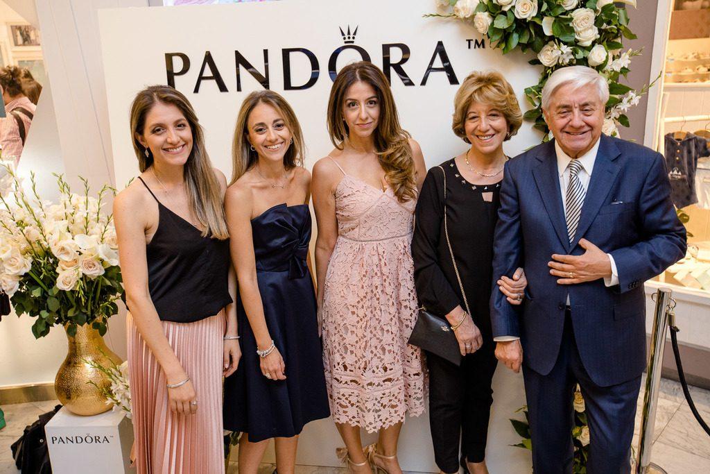Paulina, Macarena y Francisca Mery Satt, Marlene Satt y Marcelo Mery