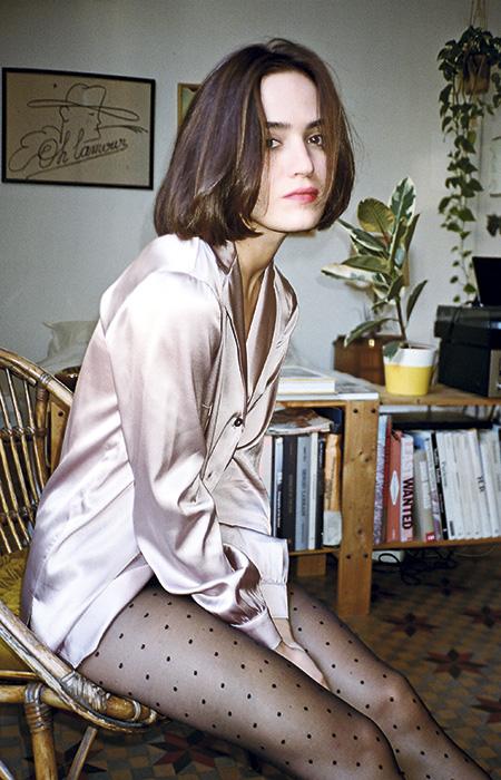 La camisa Lauren se reinventa en rosa en la nueva colección de art dealer.