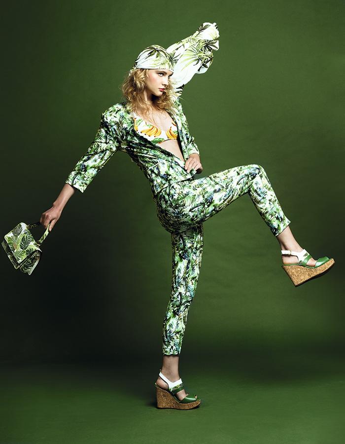 Ash, chaqueta, $49.900; pantalón, $34.990; Forever 21, top, $2.990; pañuelo, $4.990; Gacel, cartera, $64.990; zapatos, $49.990