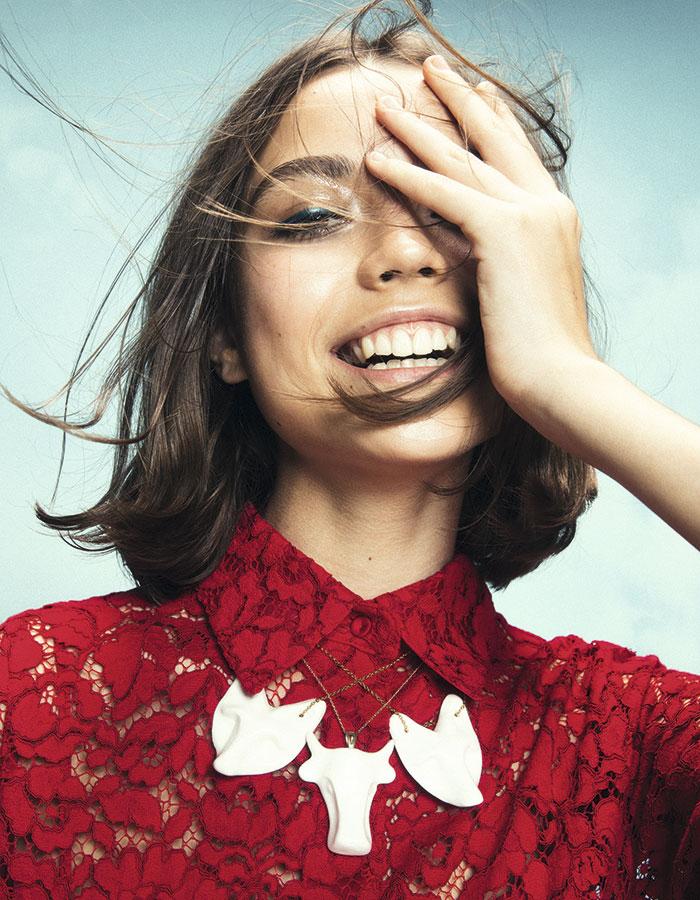 CH Carolina Herrera, vestido, consultar precio en tienda Gruta Cerámica, collares, $18.000 c/u